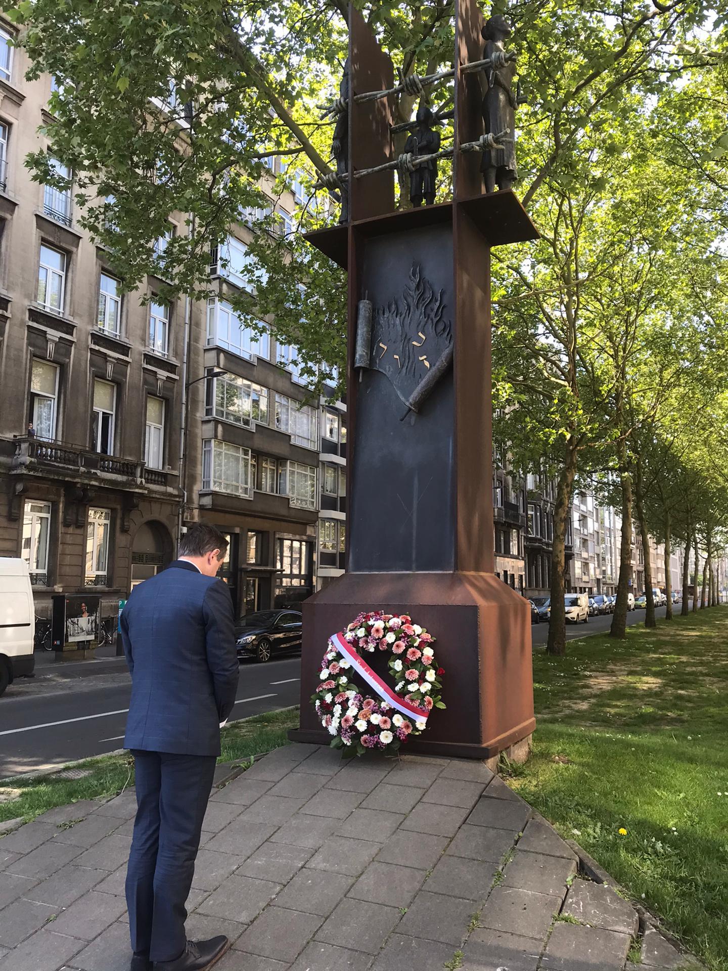Burgemeester Bart De Wever legt bloemen aan het Monument