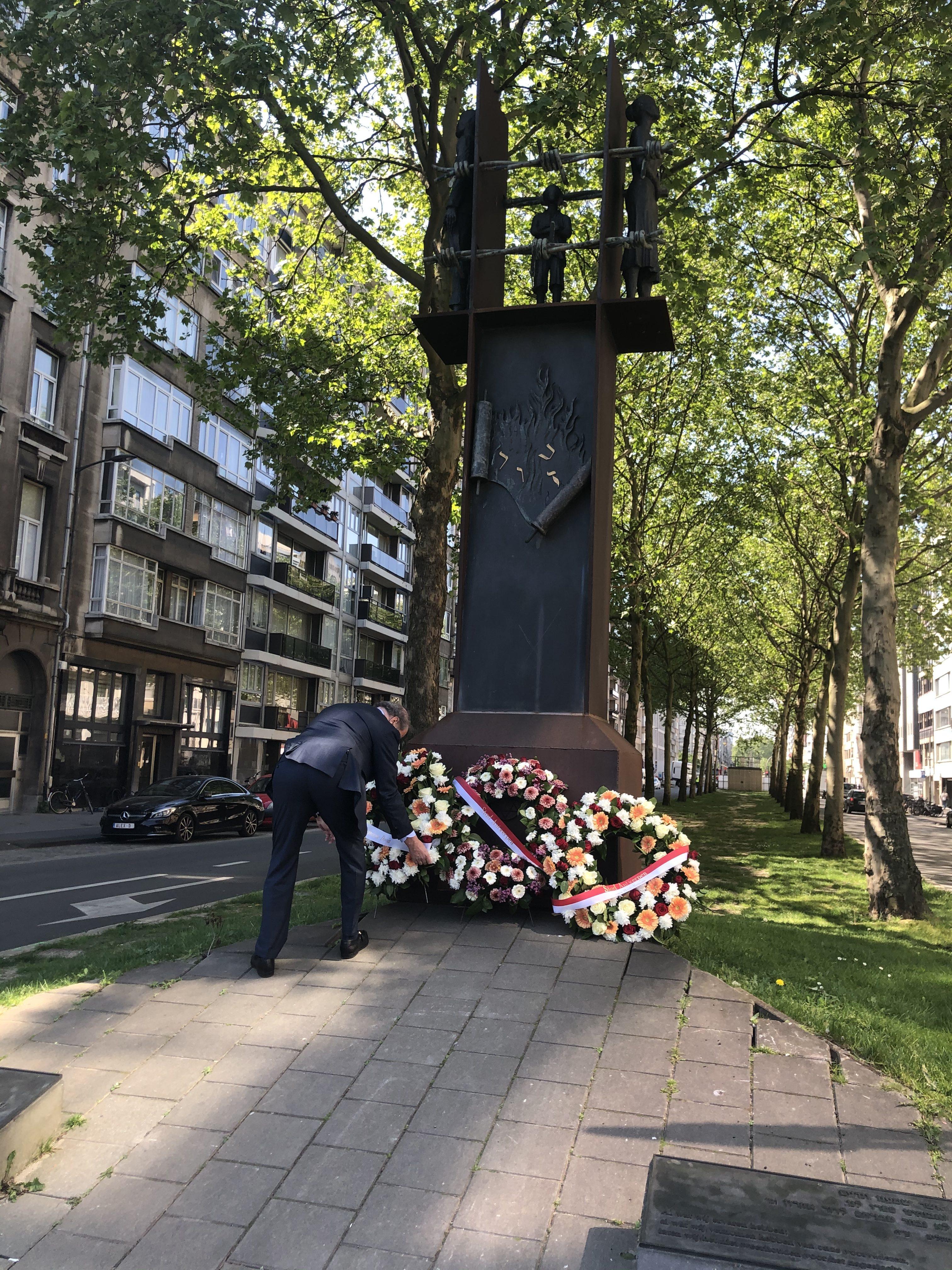 Schepen Claude Marinower legt bloemen aan het Monument