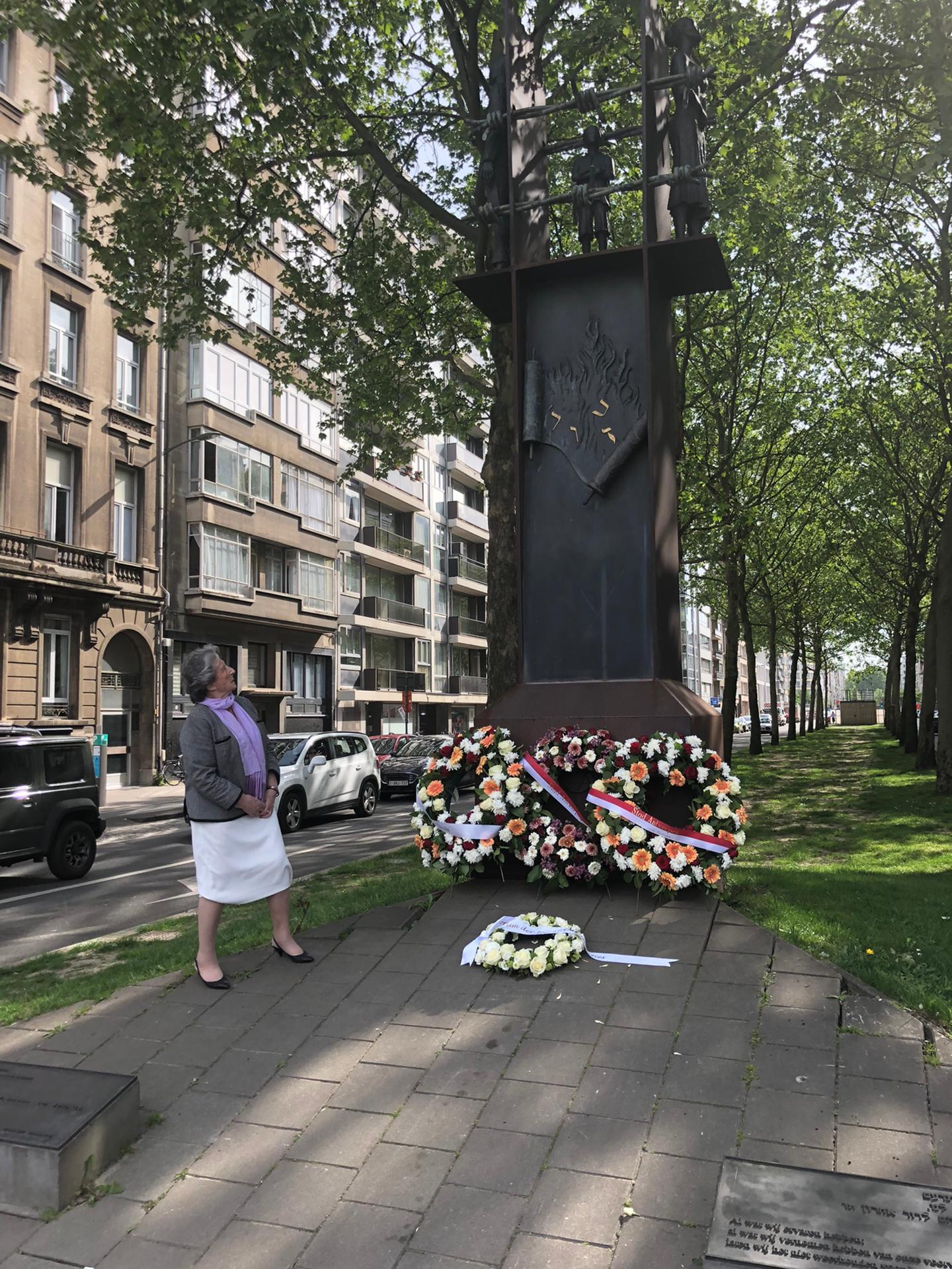 Regina Suchowolski-Sluszny, voorzitter van het FJO legt bloemen aan het Monument